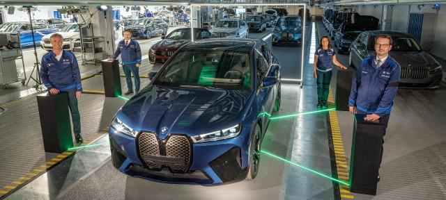 На заводі BMW Group в Дінгольфінге стартував випуск електричного BMW iX.